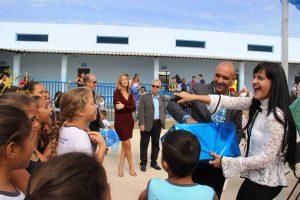Prefeito Paulinho, brincando com as crianças: investimentos de R$ 45 milhões em educação.
