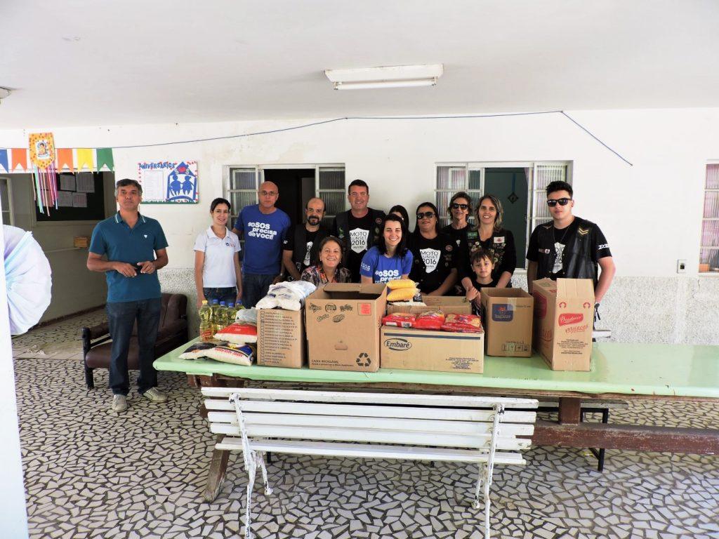 Integrantes do Motoclube Rodas de Prata fazem doação de alimentos arrecadados durante o Moto Sunset 2016.