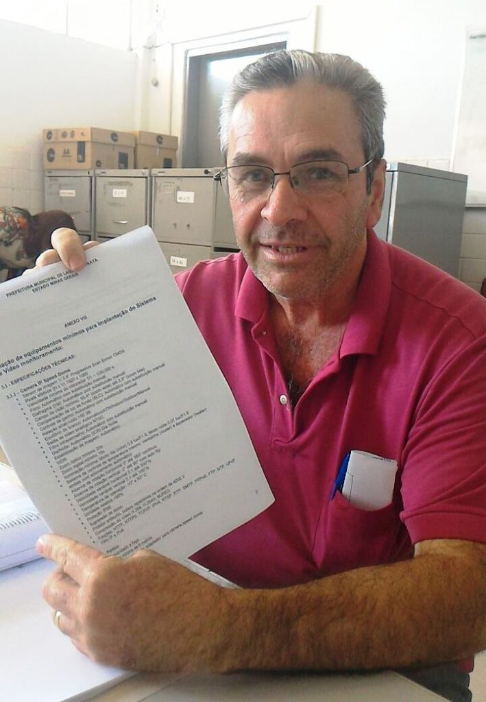 """Vicente Amorim, com a relação de equipamentos do """"Olho Vivo"""": instalação em torno de R$ 50 mil e manutenção de R$ 20 mil mensais."""