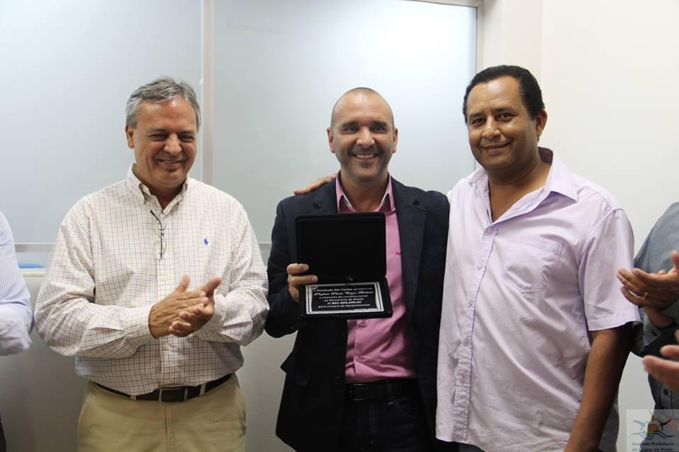 Prefeito e vice receberam da direção do Hospital uma placa de agradecimento pelo recurso.